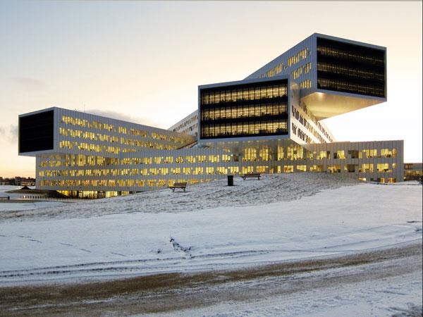 Inovativní kancelářský komplex na pobřeží fjordu