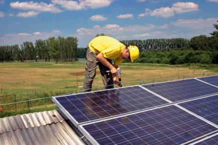 Instalace fotovoltaických panelů na šikmou střechu