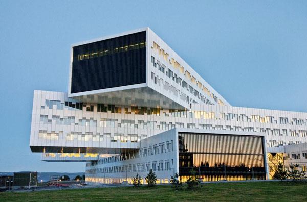 """Kancelářská budova s """"pixelovou"""" fasádou a unikátní stínicí technikou"""