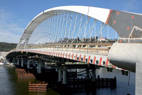 Manipulace s dílci ocelového oblouku Trojského mostu