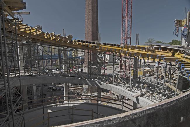 """Monolitická budova science centra iQLANDIA s neobvyklým """"schodištěm"""""""