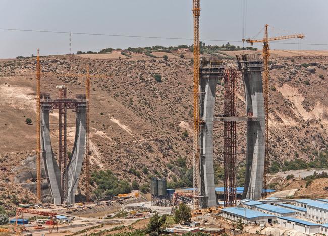 Most v Maroku roste se šplhacími automaty Doka