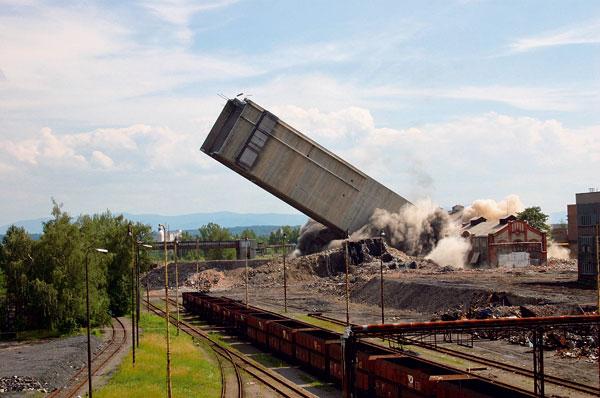 Odstřel skipové těžní věže na Dole Dukla