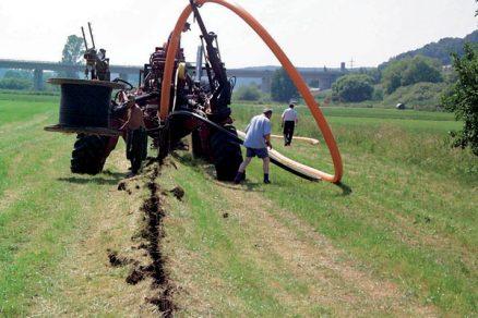 Pokládka potrubí, kabelů a chrániček metodou pluhování