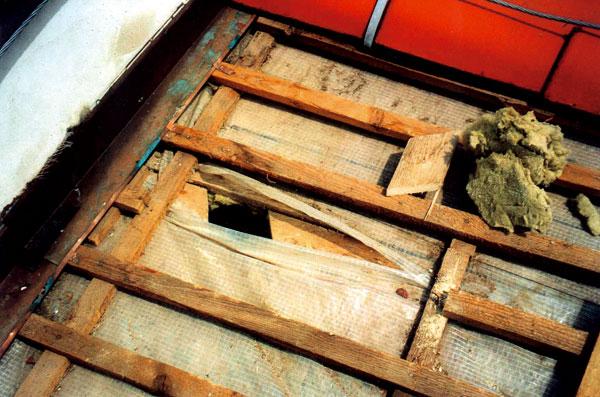Poruchy šikmých střech obytných podkroví anástaveb