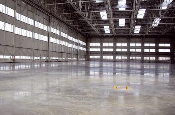 Předepnutá bezespará podlaha pro hangár FBO pražského letiště