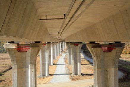Prefabrikace nosných konstrukcí mostů umožňuje zrychlení výstavby