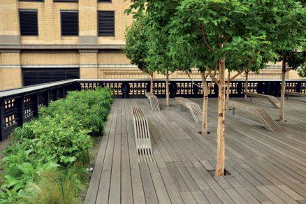 Promenáda High Line nad rušnými ulicemi New Yorku