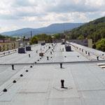 Proměny hydroizolací plochých střech: dva příspěvky kdiskusi