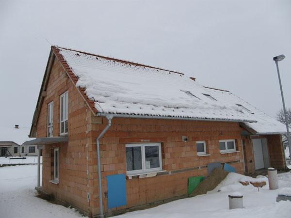 Sněhová nadílka prověřila kvalitu protisněhových opatření na střechách