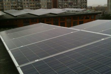 Solární panely na střeše kulturního centra