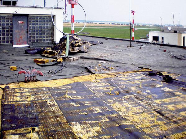 Stabilizace střechy provozní budovy mezinárodního letiště vPopradu