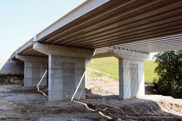 Stát zbytečně na stavbách a silnicích prodělává miliardy