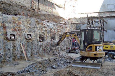 Statické zajištění objektů a stavební jámy ve stísněných poměrech dvora
