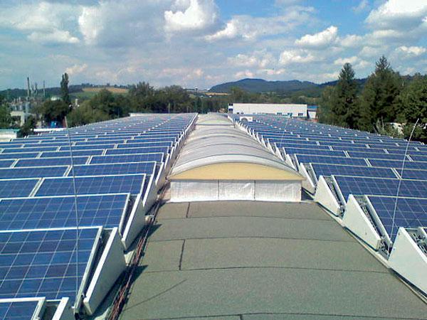 Střešní a moderní integrované fotovoltaické systémy na budovách