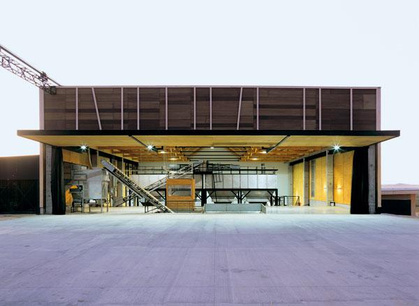 Továrna mezi olivovníky