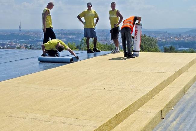 Tuhá dvouvrstvá deska pro izolaci plochých střech