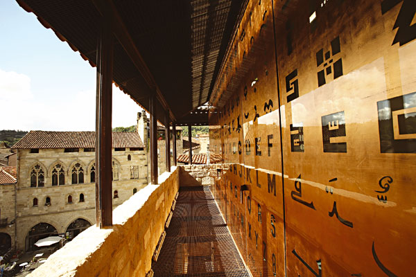 Typografická fasáda Muzea Champollion