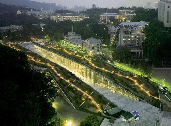 Univerzita Ewha v Soulu podle konceptu Dominique Perraulta