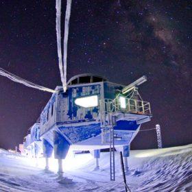 Výzkumná stanice na Antarktidě umí uniknout sněhu i ledovcům