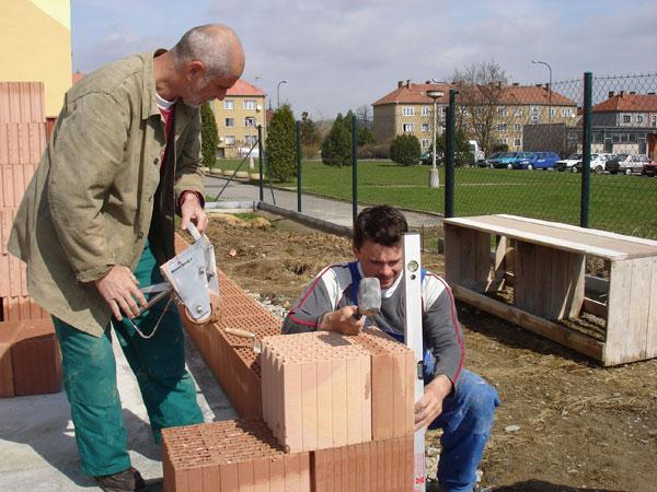 Wienerberger pomáhá při založení zdiva v přízemí i patře