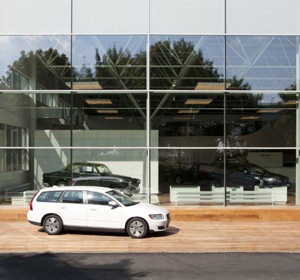 Zajímavá rekonstrukce opravárenské haly na autosalon