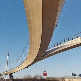 Elegantní most pro chodce a cyklisty