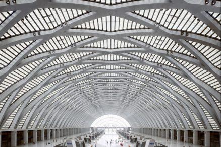 Železniční nádraží v Tianjin jako interpretace současné katedrály