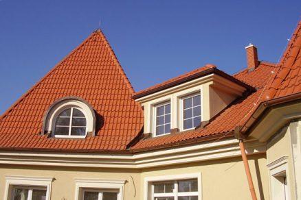 Zkrášlete svoji střechu ozdobnými prvky - třeba párem zamilovaných hrdliček na hřebeni