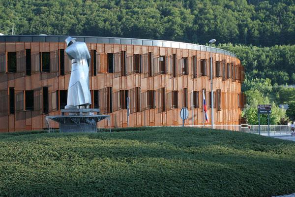 Zrezivělá administrativní budova v Jesenici