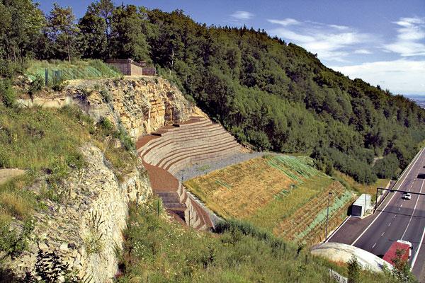 Zřícení a sanace svahu u tunelu Hřebeč